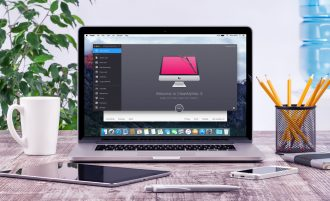 Screenshot Mac - MacBook on Desk
